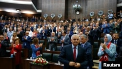 土耳其总理耶尔德勒姆(前)于国会。(资料照片)