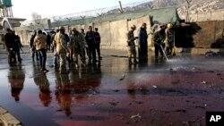 1일 아프가니스탄 카불의 경찰서에서 자살 폭탄 공격이 발생한 가운데 군인들이 사건 현장을 수색하고 있다.