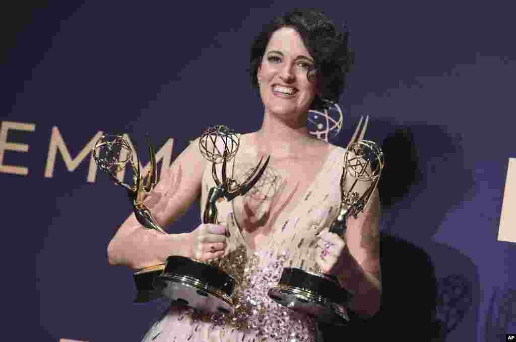 តារាសម្តែងស្រី Phoebe Waller-Bridge បង្ហាញអារម្មណ៍រំភើប បន្ទាប់ពីឈ្នះពានរង្វាន់តារាសម្តែងស្រីឆ្នើមក្នុងភាពយន្តភាគបែបកំប្លែង «Fleabag» អំឡុងពេលការពិធីប្រគល់ពានរង្វាន់ Primetime Emmy Awards នៅមហោស្រព Microsoft Theater ក្នុងក្រុង Los Angeles រដ្ឋ California កាលពីថ្ងៃទី២២ ខែកញ្ញា ឆ្នាំ២០១៩។