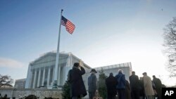 人们排队进入最高法院旁听关于加州选民赞同禁止同性婚姻一案的辩论