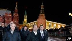 俄羅斯總統梅德偉傑夫(右二) 與總理普京(左) 出席支持者在克里姆林宮外面的集會