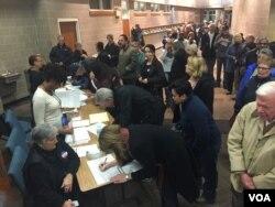 Cử tri ủng hộ Đảng Dân chủ ghi danh tham gia hội nghị đầu phiếu ở phía tây thành phố Des Moines, bang Iowa, ngày 1 tháng 2, 2016. (K. Farabaugh/VOA)