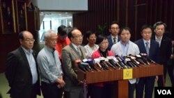 泛民會議召集人何秀蘭(前排中)與多位泛民議員會見記者(VOA湯惠芸攝)
