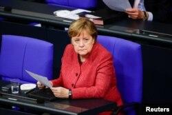 Kanselir Jerman Angela Merkel dalam sidang perlemen rendah Jerman, Bundestag di Berlin, Jerman, 9 Desember 2020.