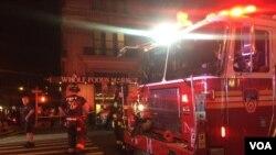 消防人员在纽约曼哈顿周六晚爆炸地点进行搜救工作 (2016年9月17日)