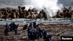 警察在日本福岛县搜查2011年3月11日地震和海啸后失踪者的遗体。