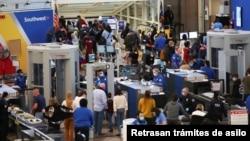 Para penumpang harus melewati petugas keamanan bandara yang berlapis di bandara Denver, Colorado, AS (foto: ilustrasi).