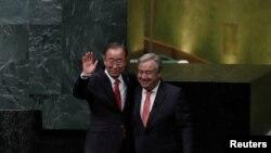 Tổng thư ký LHQ mãn nhiệm Ban Ki-moon (bên trái) và Tân Tổng thư ký LHQ Antonio Guterres, tại trụ sở LHQ tại New York, Hoa Kỳ, ngày 12/12/2016.