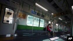 Tàu điện ở Tokyo vắng vẻ trong đại dịch Covid-19.