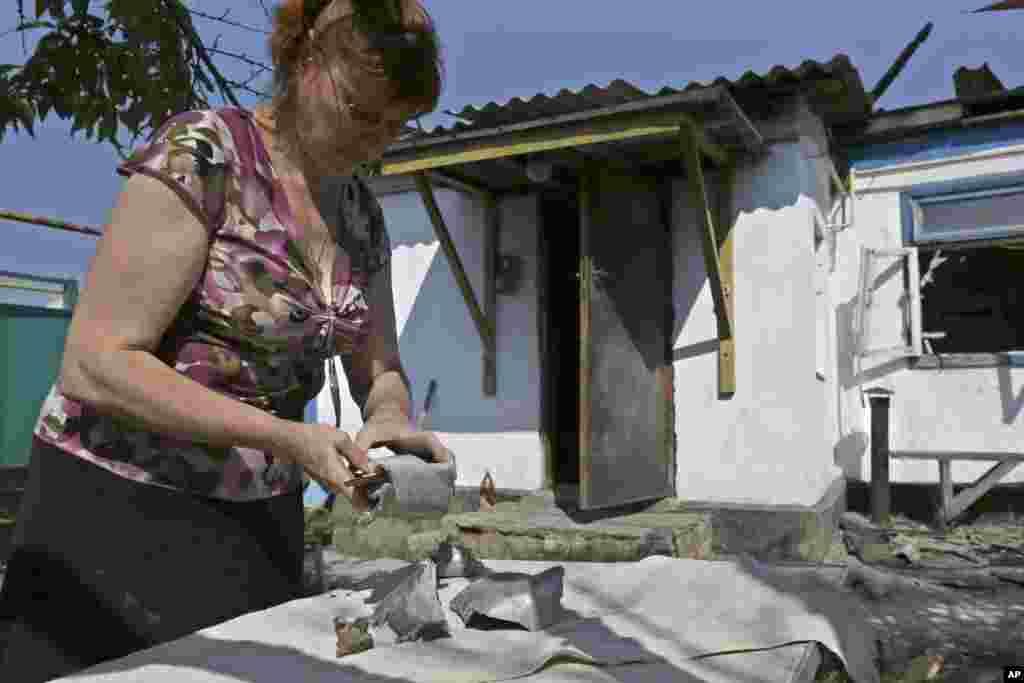 Світлана Авдюхіна показує фрагменти снаряду.