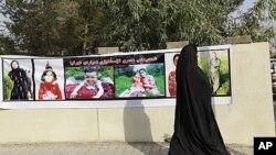 图为一名女子8月23在巴格达以东260公里处的北方地区站立在被土耳其战机打死者的照片前。