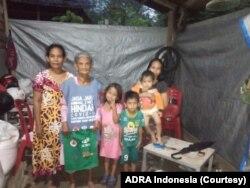 Ibu Rennu (75) berfoto di antara anak dan cucu-cucunya di rumahnya yang sederhana di desa Langaleso, Kabupaten Sigi, Sulawesi Tengah, Selasa, 28 April 2020. (Foto: ADRA Indonesia)