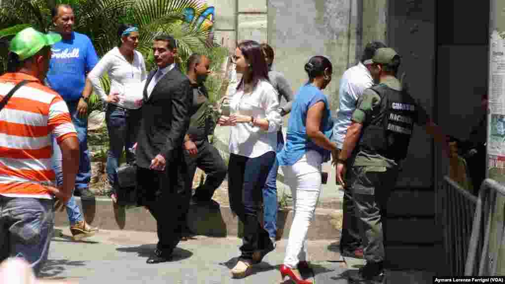 Aún cuando la ley establece que los juicios son públicos, a la depuesta diputada María Corina Machado le fue impedido el acceso al Palacio de Justicia para presenciar la audiencia contra López.