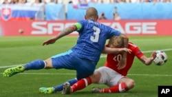 Un geste anti-sportif de Martin Skrtel de la Slovaquie, à gauche, à l'endroit de Jonathan Williams de Pays de Galles lors du match de football du Groupe B au cours de l'Euro 2016 entre pays de Galles et la Slovaquie, au Nouveau stade à Bordeaux, France,