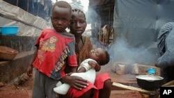 Syerra-Leoneda qochqinlar lageridagi bolalar
