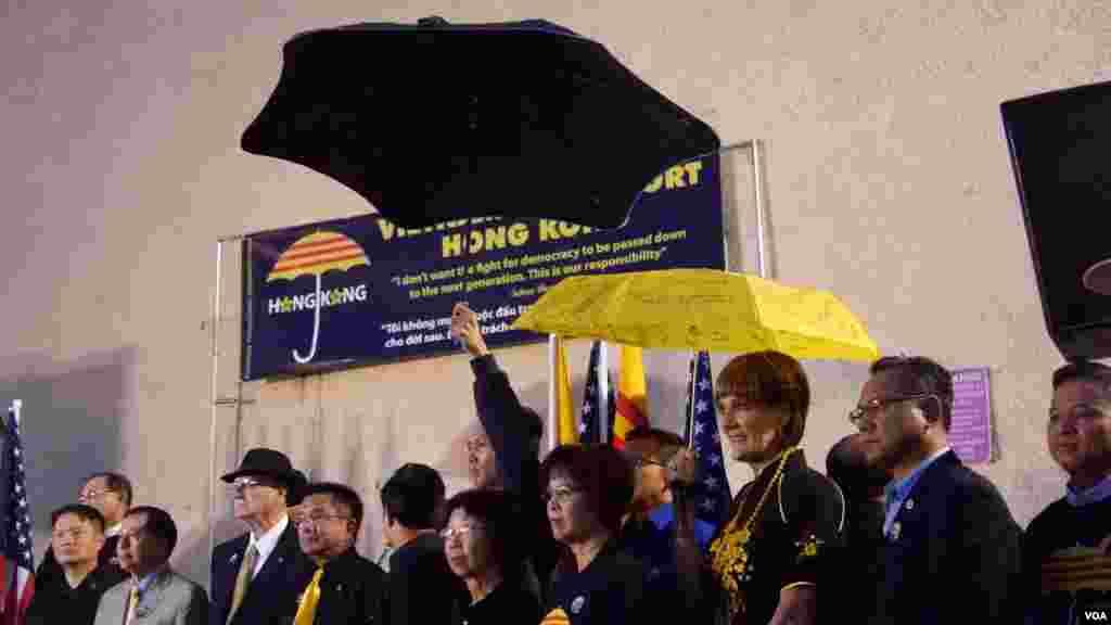 小西贡的社区领袖举伞声援香港争民主(美国之音国符拍摄)