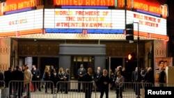 Nhân viên bảo vệ đứng sau hàng rào chắn trong buổi ra mắt phim The Interview ở Los Angeles, California, 11/12/14