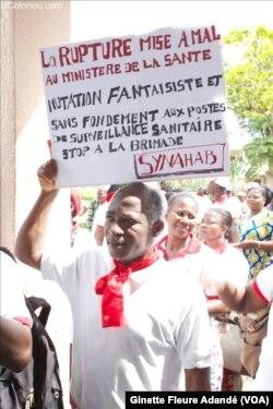 Mouvement d'humeur des praticiens hospitaliers, à Cotonou, Bénin, le 5 novembre 2017. (VOA/Ginette Fleure Adandé)