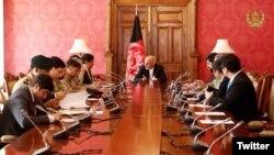 افغان صدر اشرف غنی پاکستان کے قومی سلامتی کے مشیر ناصر جنجوعہ سے ملاقات کر رہے ہیں۔ فائل فوٹو
