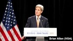 Ngoại trưởng Kerry và các đồng sự của 6 cường quốc nỗ lực đạt được thỏa thuận hạt nhân lịch sử tại Vienna, Áo, hôm 14/7/2015.