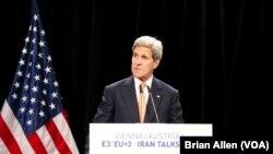 Menteri Luar Negeri AS John Kerry mendiskusikan detil kesepakatan nuklir, Vienna, Austria, 14 Juli 2015.
