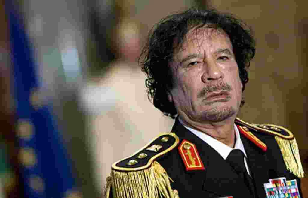 El ex líder libio Moammar Gadhafi durante una conferencia en el palacio Quirinale de Roma el 10 de junio de 2009.