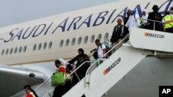 Des passagers descendent d'un avion de Saudi Arabian Airlines en provenance de Jeddah, après l'atterrissage à l'aéroport international de Pasay, dans le sud de Manille, Philippines, 20 septembre 2016.