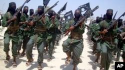 Tentara Al-Shabab sedang berlatih di pinggiran Kota Mogadishu, Somalia, 17 Februari 2011.