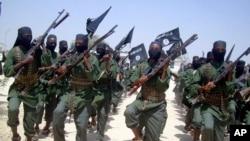 Chiến binh Al-Shabab hành quân với vũ khí trong cuộc tập trận ở vùng ngoại ô Mogadishu, Somalia, ngày 17 tháng 2 năm 2011.