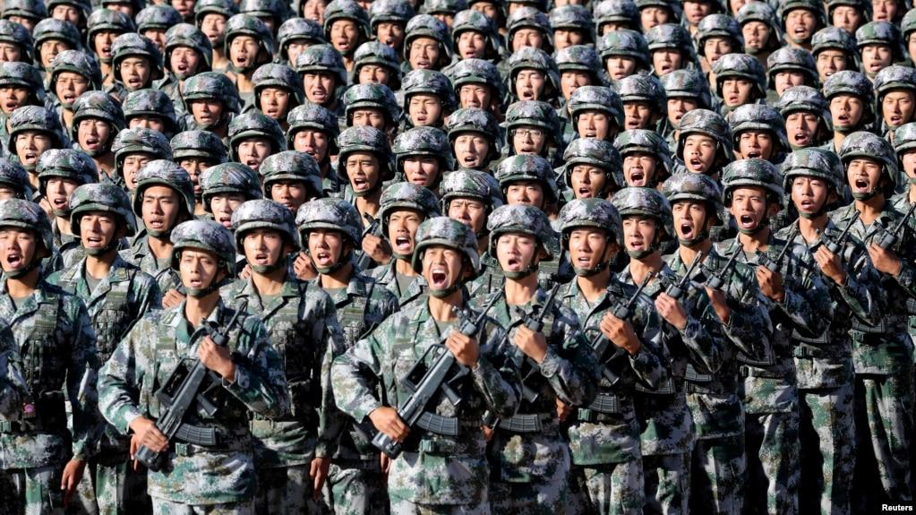 中國解放軍軍人在內蒙古朱日和訓練基地準備參加閱兵,慶祝解放軍建軍90週年。 (2017年7月30日)