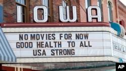 """На фото: Квітень 2020, вивіска на кінотеатрі у Айові: """"Поки жодних фільмів. Доброго здоров'я усім. США сильні"""""""