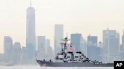 ທະຫານເຮືອ ກຳລັງແລ່ນທົດລອງເຮືອພິຄາດ USS McFaul ຜ່ານຕຶກ One World Trade Center ທີ່ນະຄອນນິວຢອກ.