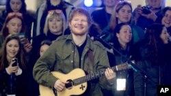 Ed Sheeran trên sân khấu của chương trình The Today Show ở New York City.
