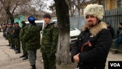 在克里米亚首府辛菲罗波尔的亲俄罗斯的自卫队民团成员。(2014年3月2日)