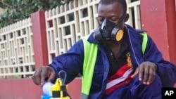 El ébola puede matar a las personas en cuestión de días, tras causar una intensa fiebre y serios dolores musculares.