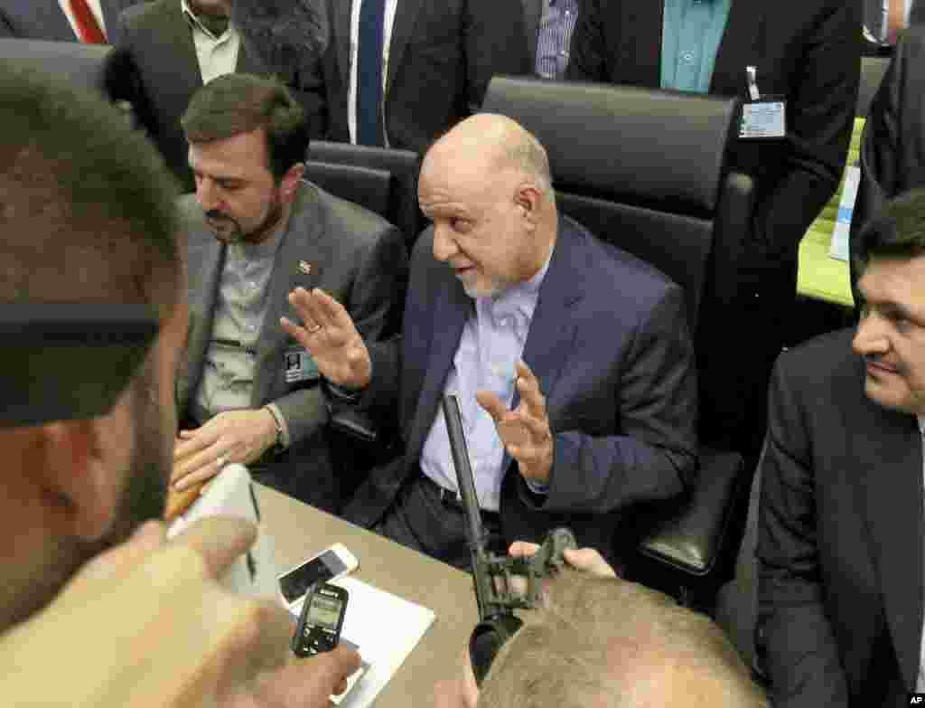 خبرگزاری آسوشیتدپرس عکس هایی از نشست امروز اوپک منتشر کرد. ایران و عربستان دو سوی این نشست هستند. گزارشها می گوید اعضای اوپک برای تمدید ۹ ماهه پیمان کاهش تولید نفت توافق کردند.