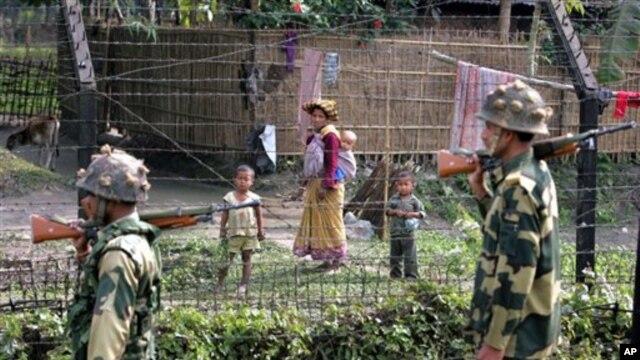 Dalam foto tahun 2007 ini tampak tentara India berpatroli di perbatasan India -Bangladesh. Kesepakatan ekstradisi India-Bangladesh akan mempermudah kedua negara dalam menangkap  penjahat  yang menyeberang perbatasan.