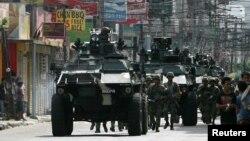 Tentara pemerintah Filipina dengan persenjataan lengkap dikerahkan untuk memperkuat penjagaan di kota Zamboanga, dalam menghadapi serangan Front Pembebasan Nasional Moro (MNLF) (10/9).