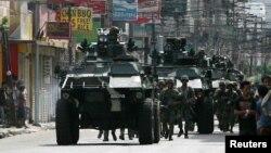 Binh sĩ chính phủ và xe bọc thép tiến vào thành phố Zamboanga để chiến đấu với phiến quân, ngày 10/9/2013.