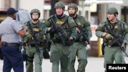 Nhân viên thực thi pháp luật tuần tra gần hiện trường vụ nổ súng vào cảnh sát ở Baton Rouge, Louisiana, 17/7/2016.