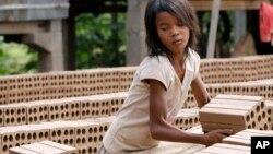 Một bé gái Campuchia đang làm việc tại một xưởng làm gạch ở làng Chheuteal, tỉnh Kandal, cách thủ đô Phnom Penh 27 cây số.