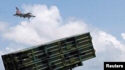 台湾空军F-16战机高雄冈山空军基地演出时飞越天弓一型防空导弹的上空。(2017年8月7日)