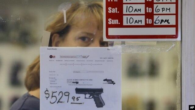 Rất nhiều người tại tiểu bang Connecticut và New York đã nhanh chóng đi mua các loại vũ khí, đặc biệt là các loại súng dài tự động vì lo ngại sẽ không được phép mua và có thể súng ống trở nên khan hiếm hoặc tăng giá nếu có luật mới ra đời. (AP Photo/Elaine Thompson)