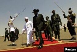 ປະທານາທິບໍດີຊູດານໃຕ້ ທ່ານ Salvar Kiir (ກາງ) ແລະຄູ່ຕຳແໜ່ງຝ່າຍ ຊູດານທ່ານ Omar al-Bashir ຫຼັງຈາກຈັດກອງປະຊຸມຖະແຫຼງຂ່າວ ຮ່ວມກັນ ທີ່ນະຄອນຫຼວງຄາທູມ (11 ພຶດສະພາ 2012).