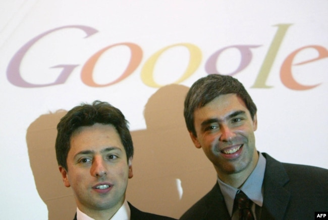 Pendiri Google Sergey Brin (kiri) dan Larry Page di Frankfurt Book Fair, Jerman, 7 Oktober 2004. (Foto: JOHN MACDOUGALL / AFP)