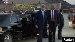 Sekretè Deta John Kerry pandan li tap kite Washington pou l ale Kiba.
