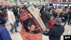 """Người Mỹ đi mua sắm trong ngày bán đại hạ giá """"Thứ Sáu Đen"""""""