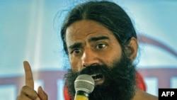 Ông Baba Ramdev phát biểu trước những người ủng hộ ông tại thị trấn Haridwar, Ấn Độ, 08/06/2011