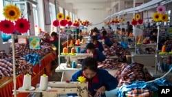 북한 라선특구 내 한 의류 공장에서 노동자들이 작업 중이다.