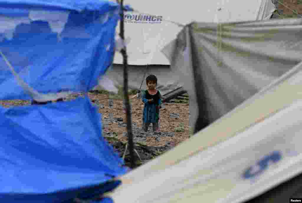 اقوام متحدہ کے ادارہ برائے پناہ گزین 'یو این ایچ سی آر' نے مشکلات میں گھرے خاندانوں کو خیمے مہیا کیے ہیں۔